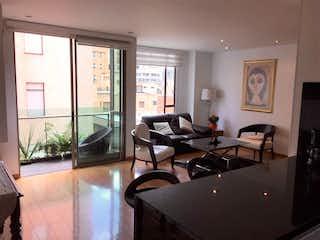 Una sala de estar llena de muebles y una televisión de pantalla plana en Apartamento En Venta En Bogota Chico Norte