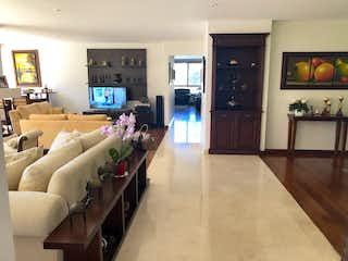 Una sala de estar llena de muebles y una televisión de pantalla plana en Apartamento En Venta En Bogota Bella Suiza-Usaquén