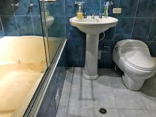 Un cuarto de baño con lavabo y ducha en Casa En Venta En Bogota Calima