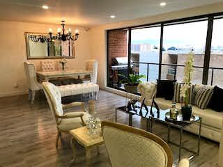 Una sala de estar llena de muebles y una gran ventana en APARTAMENTO EN ALTOS DE LA COLINA