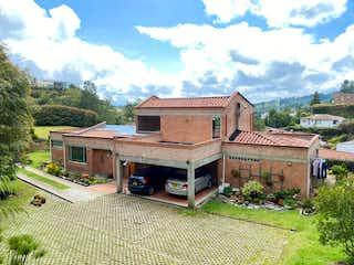 Una casa que está sentada en la hierba en Casa en venta en unidad Alto del Escobero