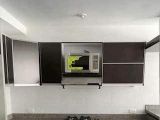 Una cocina con una estufa de fregadero y microondas en Apartamento En Venta En Bogota San Fernando Occidental