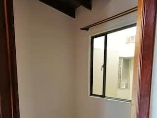 Un cuarto de baño con lavabo y un espejo en Apartamento en venta en Casco Urbano Chía de 66m²