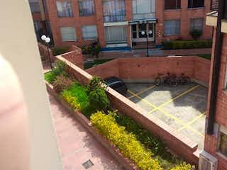 Un banco de madera sentado delante de un edificio en Casa en venta en Los Lagartos, 83m² con Balcón...