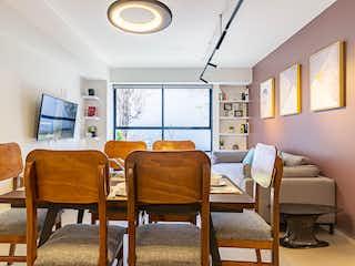 Una sala de estar llena de muebles y una ventana en Prime Living