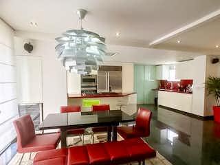 Una sala de estar llena de muebles y una lámpara de araña en PENTHOUSE EN VENTA - CHICO RESERVADO
