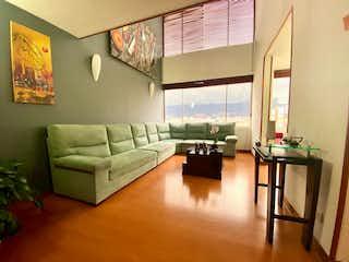 Una sala de estar llena de muebles y una ventana en Apartamento En Venta En Bogota Nueva Autopista-Usaquén