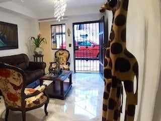 Una sala de estar llena de muebles y una ventana en Casa en Venta FLORIDA NUEVA