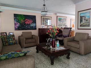 Una sala de estar llena de muebles y una televisión de pantalla plana en Casa en Venta LOS COLORES