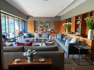 Una sala de estar llena de muebles y una planta en maceta en CLUB DE GOLF BOSQUES SANTA FE