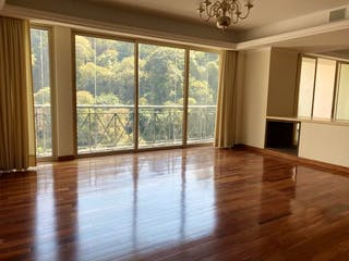 Una sala de estar llena de muebles y una ventana en CLUB DE GOLF BOSQUES SANTA FE