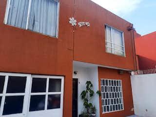 Un edificio de ladrillo rojo con una ventana grande en Casa para Remodelar o Demoler, Peten / Vertiz Narvarte