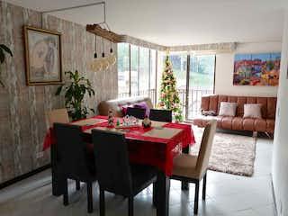 Una sala de estar llena de muebles y una mesa en 104081 - Venta Apartamento Duplex Loma Las Brujas Envigado