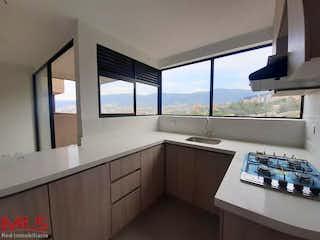 Una cocina con un gran ventanal y un gran ventanal en Scala
