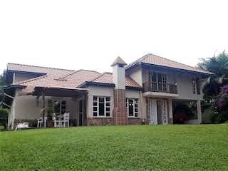 Una casa que está sentada en la hierba en Finca en Parcelación Oriente Sector La Macarena