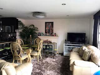 Una sala de estar llena de muebles y una chimenea en Apartamento en venta en Conquistadores 56m² con Bbq...