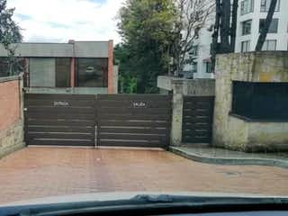 Un edificio de ladrillo con un banco delante de él en Casa En Venta En Bogota Gratamira
