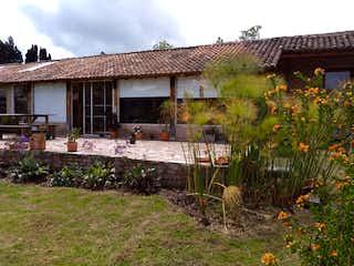 Una casa que tiene un montón de flores en ella en Venta Casa Campestre Finca Tabio Cundinamarca