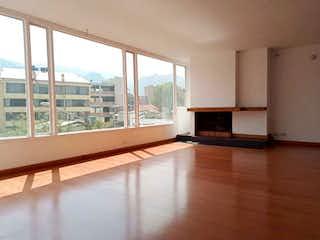 Una gran sala de estar con un gran ventanal en Apartamento en el Lago