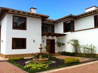 Un edificio con un reloj en el costado en Venta excelente y exclusiva casa en Alto de las Palmas , Valle Alto