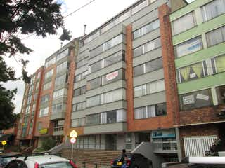 Un edificio alto sentado al lado de una calle en Apartamento En Venta En Bogota Chapinero Central