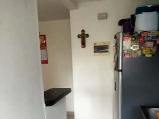 Un refrigerador congelador blanco sentado dentro de una cocina en COLINA DE LOS BERNAL