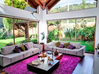 Una sala de estar llena de muebles y una gran ventana en Casa en venta en Barrio San José De Bavaria con Zonas húmedas...