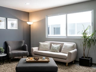 Una sala de estar llena de muebles y una ventana en Santa María la Ribera 12