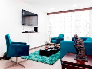 Una sala de estar llena de muebles y una televisión de pantalla plana en VENDO APARTAMENTO CHICO NORTE BOGOTA