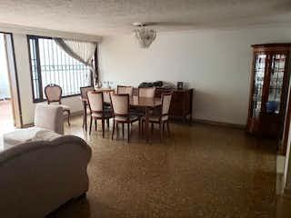 Una sala de estar llena de muebles y una ventana en Casa en venta en Niza Norte, 162mt