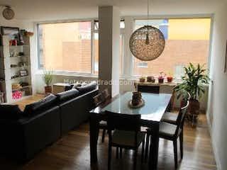 Una sala de estar llena de muebles y un reloj en Financio espectacular apartamento