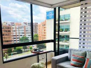 Una sala de estar llena de muebles y una gran ventana en VENDO APTO SANTA BARBARA ORIENTAL
