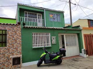 Una motocicleta estacionada delante de un edificio en VENDO CASA 5 HABITACIONES  EN VILLA DEL RIO - BOSA