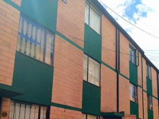 Un edificio muy alto sentado al lado de un edificio en VENDO CASA BARRIO LA  ESTANCIA CONJUNTO CERRADO BOGOTA