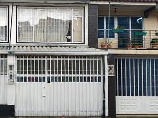 Una foto en blanco y negro de un edificio en Vendo Casa con 3 Apartamentos en Santa Matilde, Bogotá