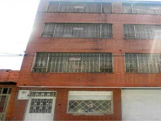 Un edificio de ladrillo rojo con una ventana grande en Casa en venta en Engativá Pueblo, 72m² con Gimnasio...