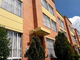 Un edificio de ladrillo con un reloj en la parte delantera en VENDO CASA EN HAYUELOS, BOGOT