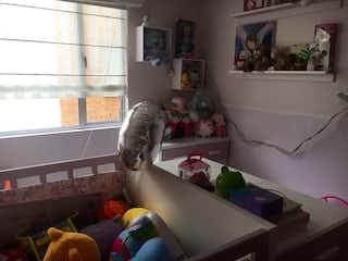 Un gato sentado en un sofá en una sala de estar en Apartamento en venta en Las Margaritas de 3 hab.