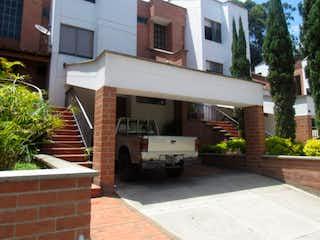 Un camión estacionado delante de una casa en Venta Casa Los Balsos C.3462439
