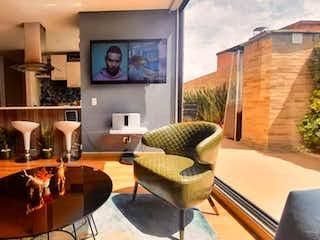 Una sala de estar llena de muebles y una ventana en VENDO ESPECTACULAR APTO EN EL CEDRO
