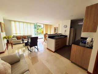 Una sala de estar llena de muebles y un horno de cocina en VENDO APARTAMENTO EN LAURELES EDIFICIO NAPOLI