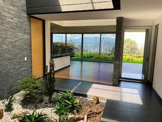 Una habitación muy bonita con una gran ventana en Casa en Venta SAN LUCAS
