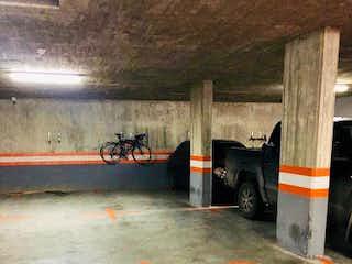 Una obra de construcción con un cono naranja sobre ella en Apartamento en venta en Chicó Navarra, 101m² con Bbq...