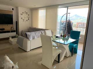 Una sala de estar llena de muebles y una gran ventana en Apartamento en venta en Ancon, 85mt