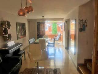 Una sala de estar llena de muebles y una ventana en Casa en venta en Mota, 111mt de tres niveles