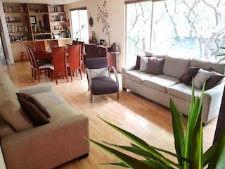 Una sala de estar llena de muebles y una televisión de pantalla plana en Departamento en venta en Nápoles de 2 alcobas