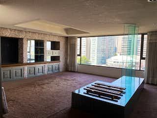 Una sala de estar llena de muebles y una ventana en LOMAS DE CHAPULTEPEC DEPARTAMENTO EN VENTA