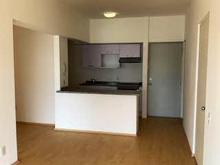 Una cocina con suelo de madera y armarios blancos en Excelente departamento en VENTA,  Residencial Dos Puertas zona Santa Fe