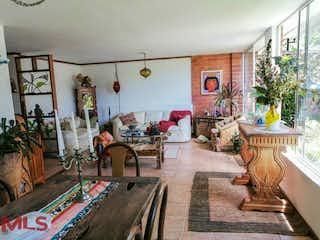 Una sala de estar llena de muebles y una chimenea en Quintas De Claraval