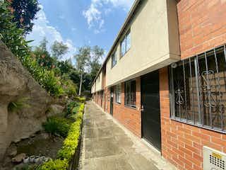Una estación de tren con un tren en las vías en Casa en venta en Medellin Loma de los Bernal